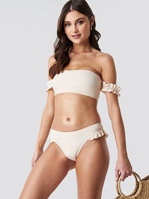 Camille Botten x NA-KD Frilled Bikini Bottom vit