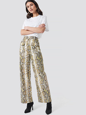 NA-KD Trend mönstrade byxor Snake Printed Pu Pants beige /