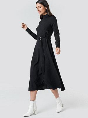 NA-KD High Neck Belted Maxi Dress svart