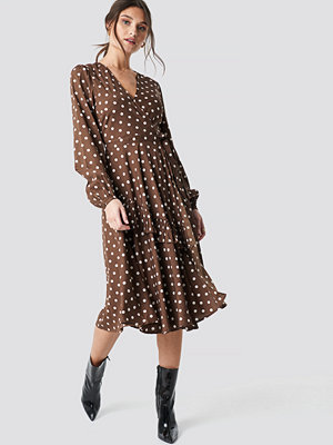 NA-KD Boho Wrapped Dot Midi Dress brun