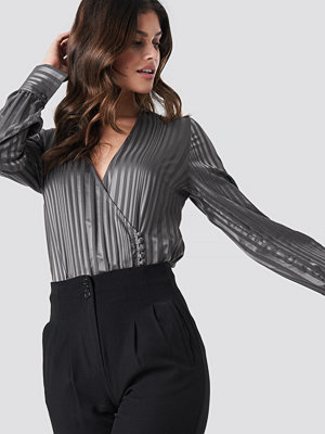 NA-KD Party Side Button Up Blouse grå