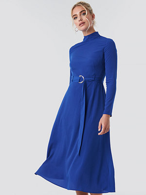 NA-KD High Neck Belted Maxi Dress blå