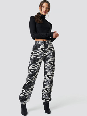 Ivana Santacruz x NA-KD mönstrade byxor Camo Cargo Pants multicolor