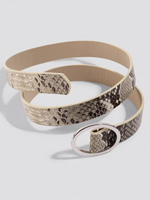 NA-KD Accessories Slim Snake Belt brun grå