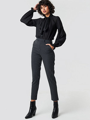 NA-KD Classic svarta randiga byxor Pinstriped High Waist Suit Pants svart