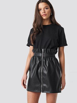 Linn Ahlborg x NA-KD PU Leather Skirt svart