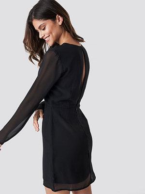 NA-KD Open Back Short Dress svart