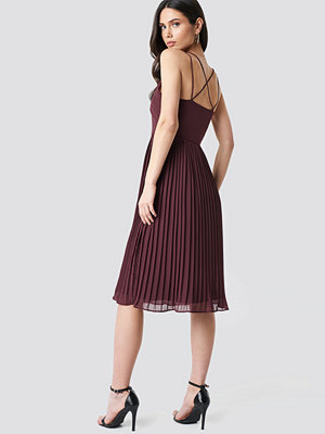 NA-KD Party Cross Back Pleated Midi Dress röd