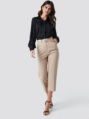 NA-KD omönstrade byxor Cropped Belted Pants beige