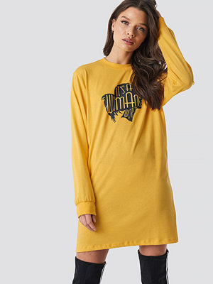 Linn Ahlborg x NA-KD Oversized LS T-Shirt Dress gul