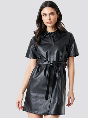 NA-KD Trend PU Belted Shirt Dress svart