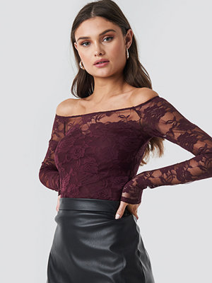 NA-KD Party Off Shoulder Fitted Lace Top röd lila
