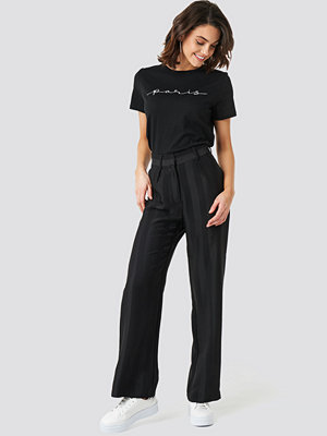 NA-KD svarta randiga byxor Striped Wide Trousers svart