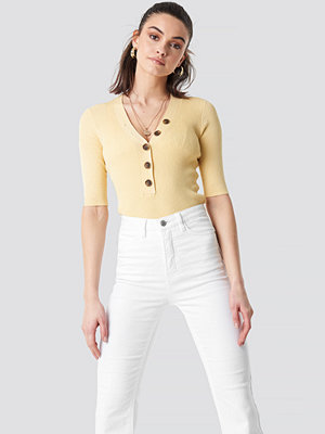 NA-KD Trend Ribbed Button Short Sleeve Top gul