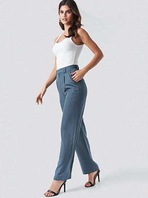 NA-KD Classic randiga byxor Flared Striped Pants blå