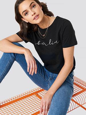 T-shirts - NA-KD Berlin Print Tee svart
