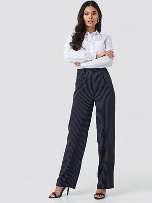 NA-KD Classic svarta randiga byxor Flared Striped Pants blå
