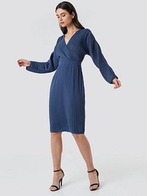 NA-KD Party Dolman Sleeve Pleated Dress blå