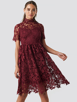NA-KD Boho High Neck Short Sleeve Lace Dress röd