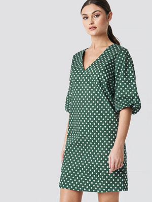 NA-KD Boho V-Neck Short Puff Sleeves Dress grön