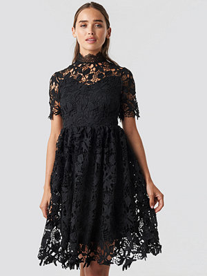 NA-KD Boho High Neck Short Sleeve Lace Dress svart