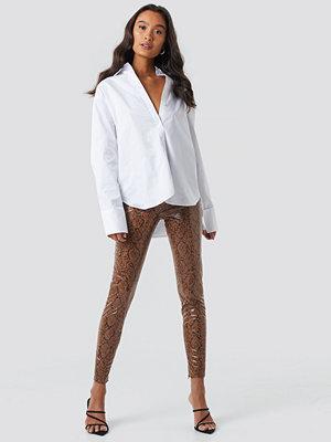 NA-KD Trend bruna mönstrade byxor Snake Print Coated Pants multicolor