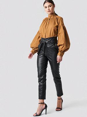 NA-KD Trend svarta byxor Tie Waist PU Pants svart