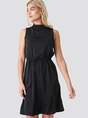 NA-KD Party Drawstring Waist High Neck Dress svart