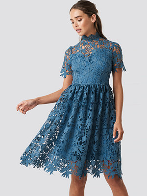 NA-KD Boho High Neck Short Sleeve Lace Dress blå
