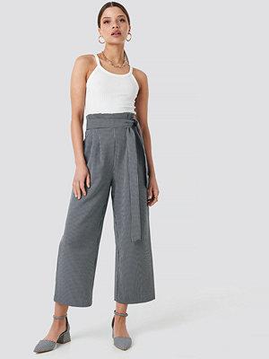 NA-KD Trend svarta randiga byxor Tie Waist Cropped Wide Pants blå