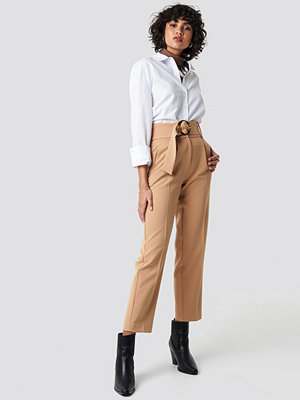 NA-KD Classic Asymmetric Belted Suit Pants beige byxor