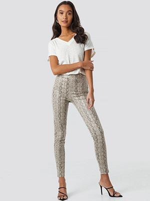 NA-KD Trend mönstrade byxor Skinny Snake Skin Pants beige