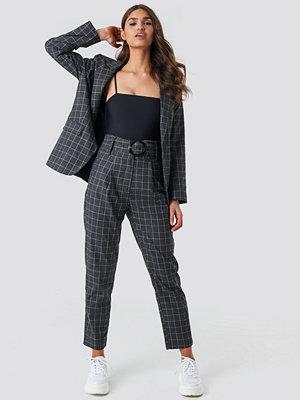 NA-KD Classic mörkgrå rutiga byxor Big Check Asymmetric Belted Pants grå