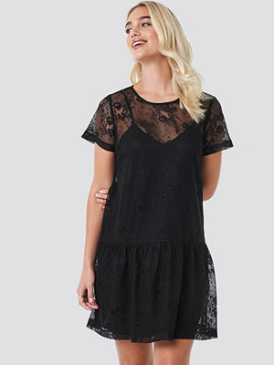 NA-KD Party Ruffle Hem Lace Mini Dress svart