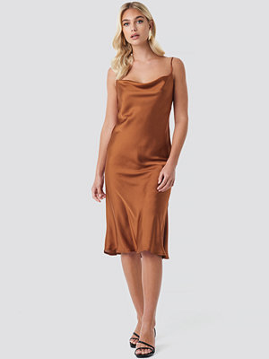Beyyoglu Flowing Strappy Dress röd