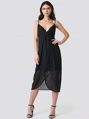 NA-KD Party Twist Front Strap Dress svart