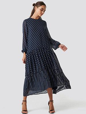 NA-KD Boho Dotted Ruffle Chiffon Dress beige blå