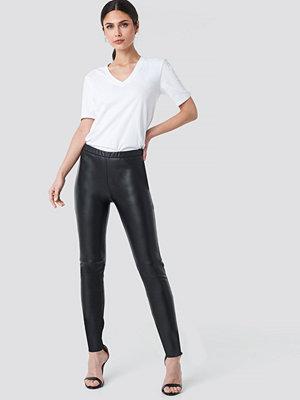 NA-KD Trend svarta byxor PU Raw Hem Skinny Leggings svart