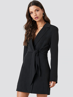 Chloé B x NA-KD Tie Short Blazer Dress svart