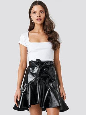 Chloé B x NA-KD Flared Patent Mini Skirt svart