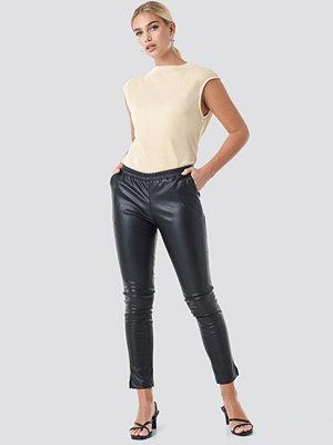 NA-KD svarta byxor PU Elastic Waist Pants svart