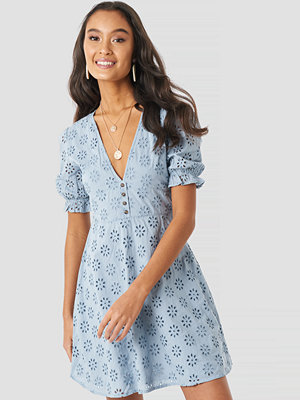 NA-KD Boho Cotton Anglaise Mini Dress blå