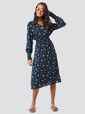 NA-KD Boho Shirred Flower Printed Dress blå