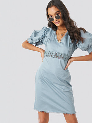 NA-KD Boho V-Neck Crochet Detail Dress blå