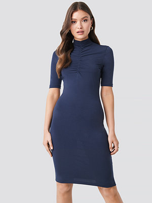 NA-KD Front Ruching Dress blå
