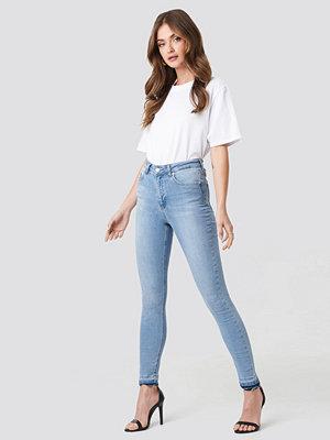 Jeans - NA-KD Skinny High Waist Open Hem Jeans blå