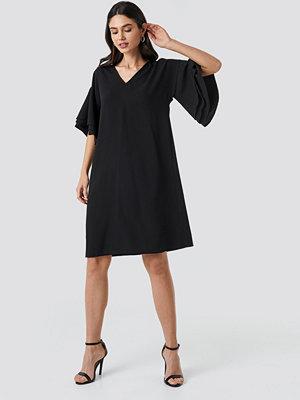 NA-KD Party V-neck Layered Sleeve Dress svart