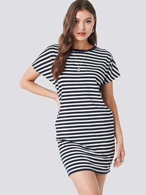 NA-KD Striped Oversized T-shirt Dress vit blå