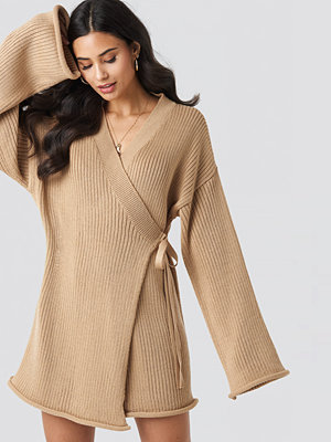 Iva Nikolina x NA-KD Overlap Knitted Dress beige