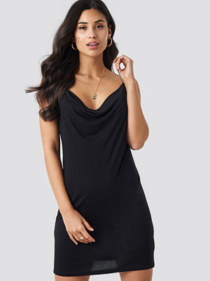Iva Nikolina x NA-KD Slip Mini Dress svart